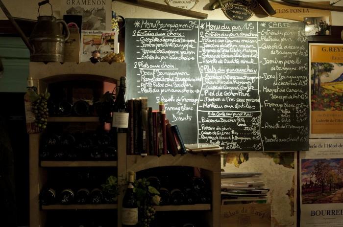 黒板にはブルゴーニュの地元料理が満載
