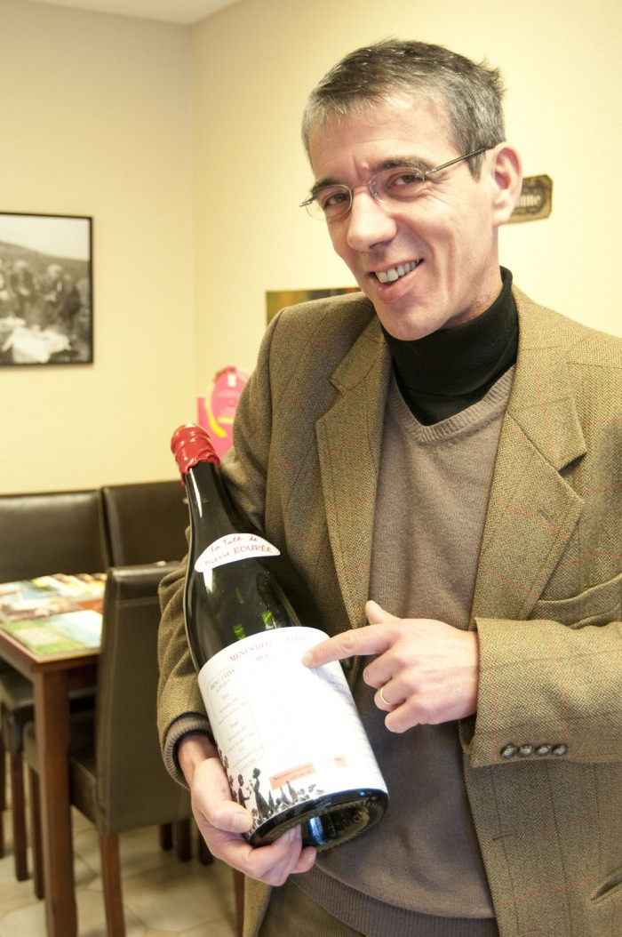 ドメーヌのオーナー一族のジャン・クリストフ・ヴァレさん。手に持つマグナムがメニューになっている