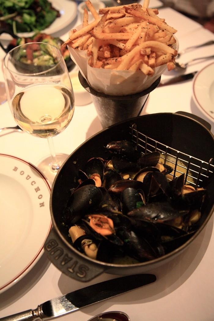 ストウブの鉄鍋にたっぷり盛られたムール貝。フレンチ・フライと召し上がれ