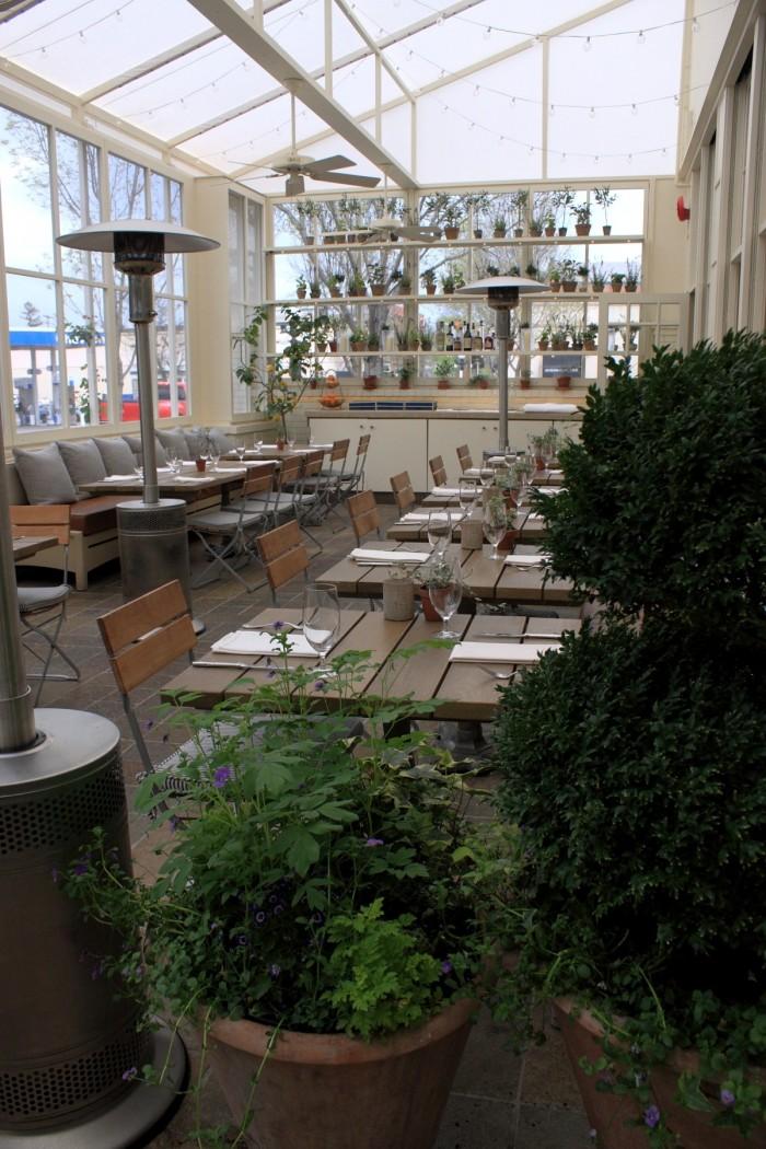 この店に限らず、多くのレストランがテラス席を用意している
