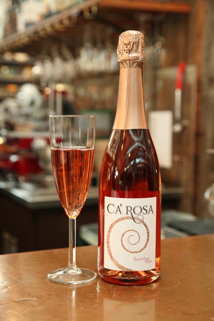 ピノ・ノワールにシャルドネなど数品種からつくられるロゼ・スパークリング、名前はカ・ローザ