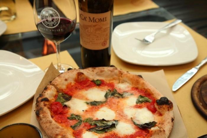 ピッツァ・マルゲリータにはロゼもいいが、赤もよく合う。ワイナリー一押しの赤、ロッソ・ディ・ナパ