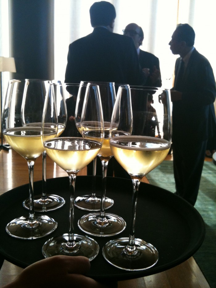 ワイングラスで供されるフランチャコルタ