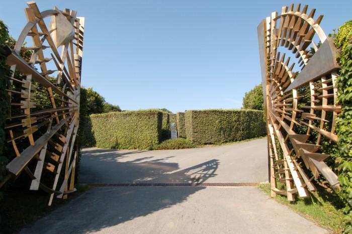 巨大なブロンズの門は片側2500キロあるという