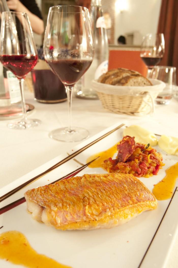 メインの料理から。ヒメジのブランシャ焼き、チョリソのピペラード添え。メオ・カミュゼのフィサンをあわせて