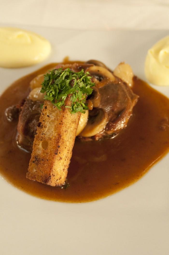 メインのひと皿。鳩のもも肉のカラメル風。フレデリック・マニャンのシャンボール・ミュジニー・プルミエ・クリュ・コンボットをあわせて