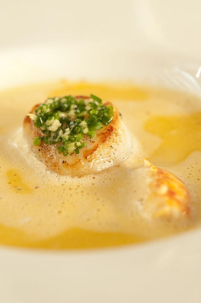 前菜のひと皿。ホタテとザリガニ、キノコのカプチーノ風。ヴァンサン・ダンセールのシャサーニュ・モンラッシェとともに
