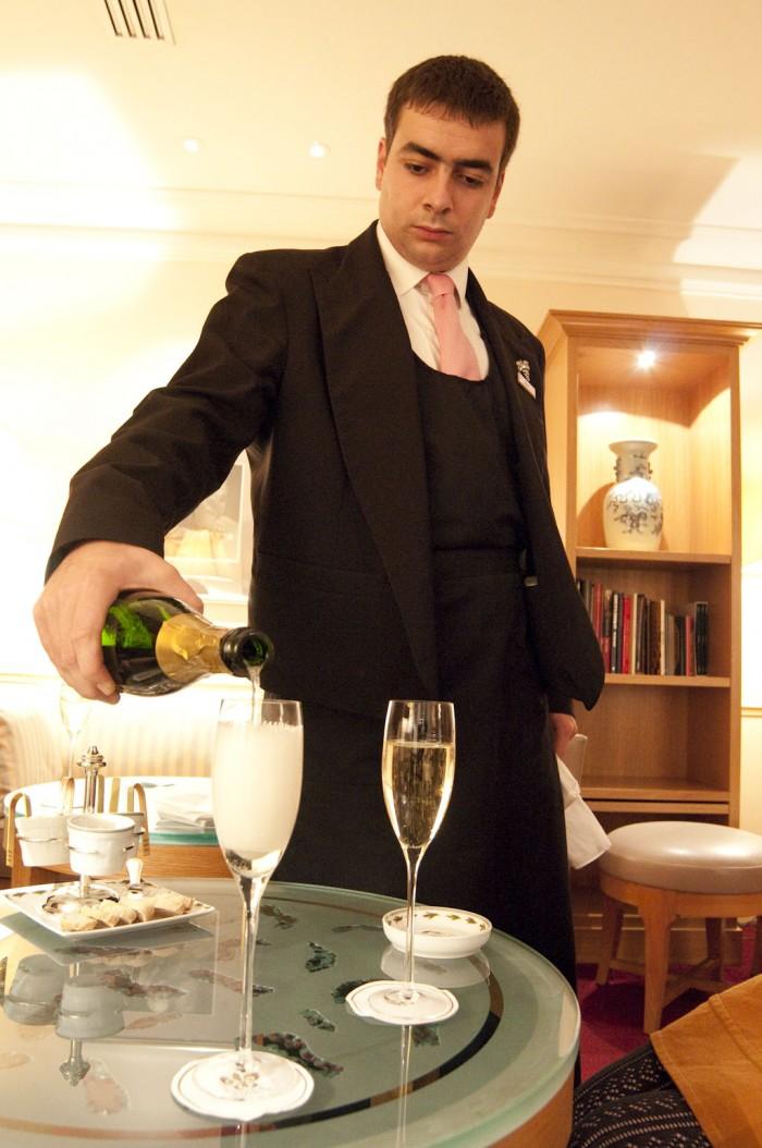 まずは、ヴィトー・アルベルティのクレマン・ド・ブルゴーニュから。サービスもすばらしい