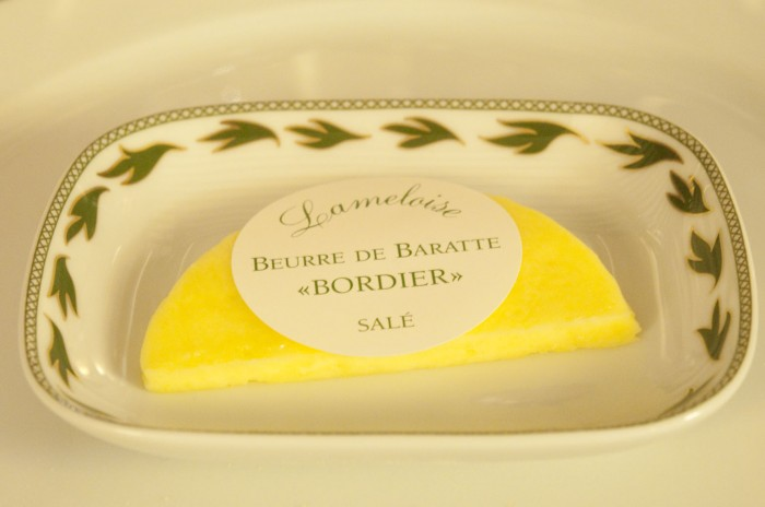 バターはサン・マロのチーズ店、ボルディエのもの。エシレはもう古い