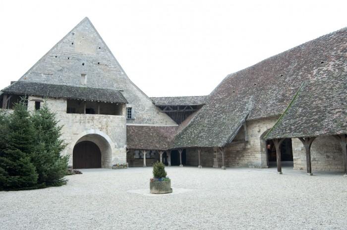 シャトーの中庭。スレートの大屋根が特徴だ