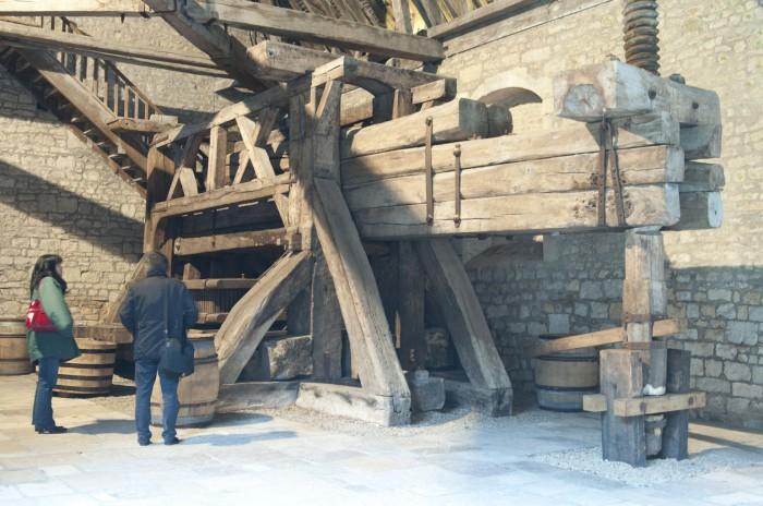 シャトーの中には昔のワイン醸造設備が展示されている