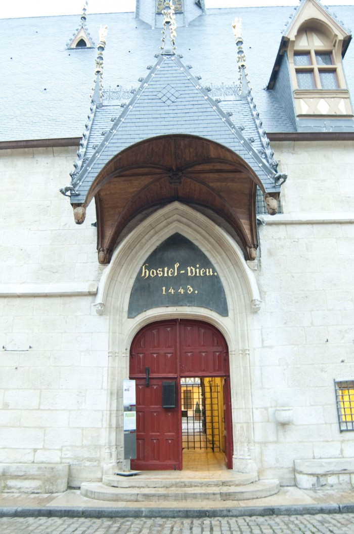 オテル・デューの入口。1443年、ニコラ・ロランにより創建