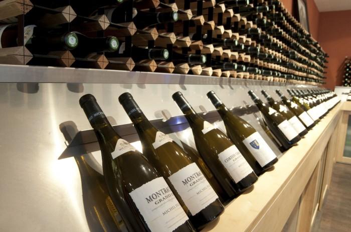 ミシェル・ピカールの扱いワインがずらり並ぶテイスティング・ルーム
