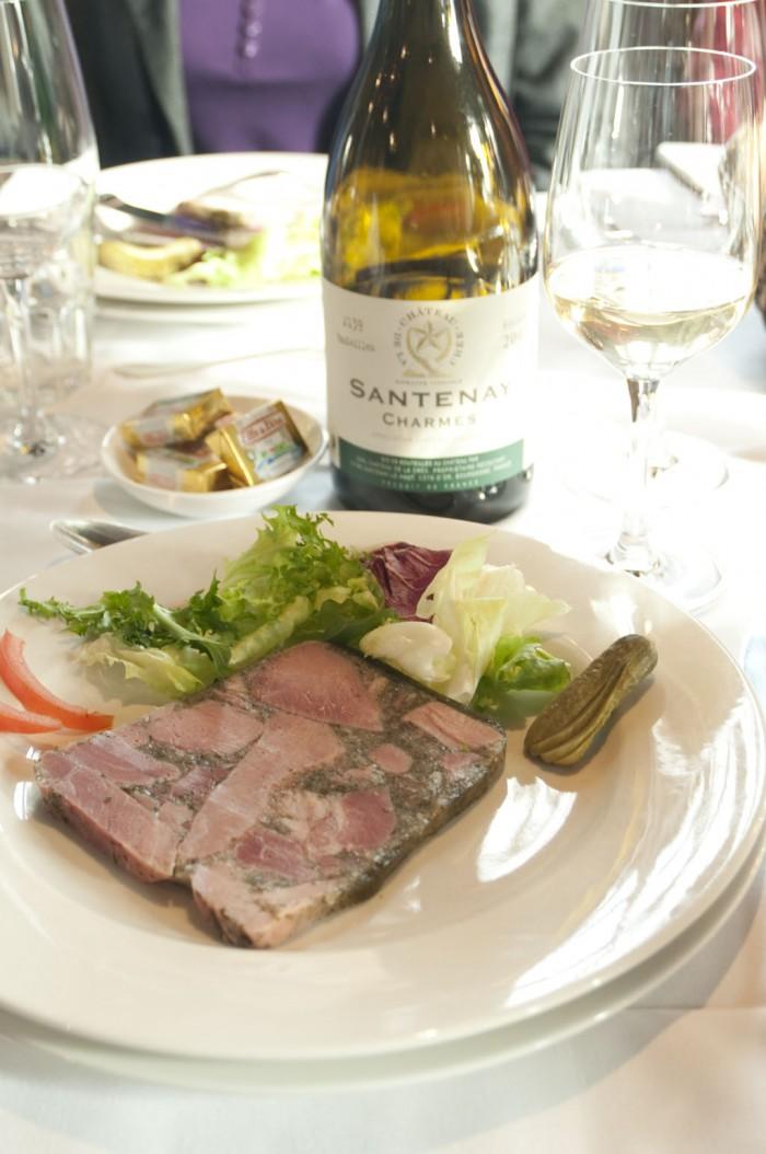 菜はジャンボン・ペルシエ。白ワインで煮込んでいる。サントネー・シャルム