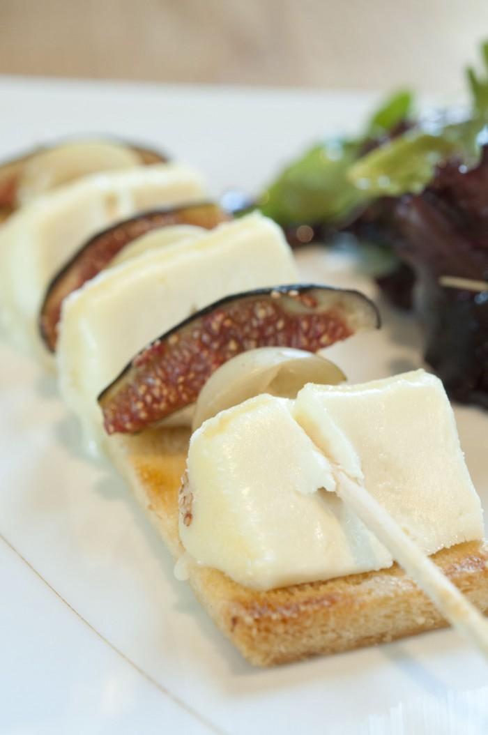 チーズもひと皿料理にひと工夫。チーズとイチジク、オリーブの串刺し