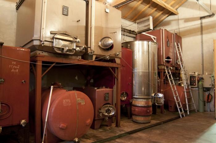 樽発酵中心だが、ステンレス、ホーローの発酵槽など様々なものを試す