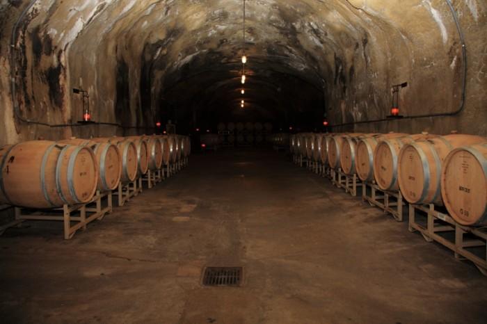 人力によって掘られたカーヴは、現在も樽熟庫として使用されている