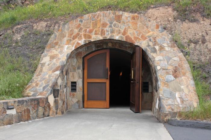 丘の中腹に掘られた樽熟庫の入り口