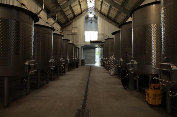 容量の小さいステンレスの発酵タンクが並ぶ