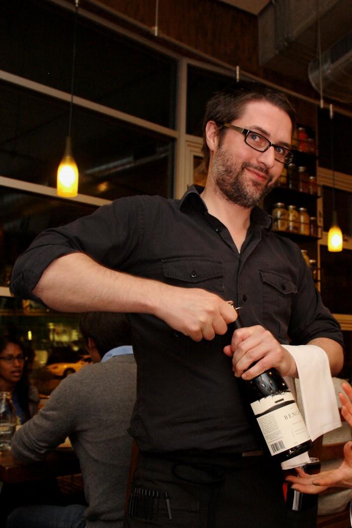 手際よくワインを抜栓
