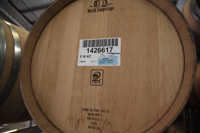 全ての樽は、ワインが詰められた日時、トップ・アップ、オリ引き等々がバー・コードで管理される