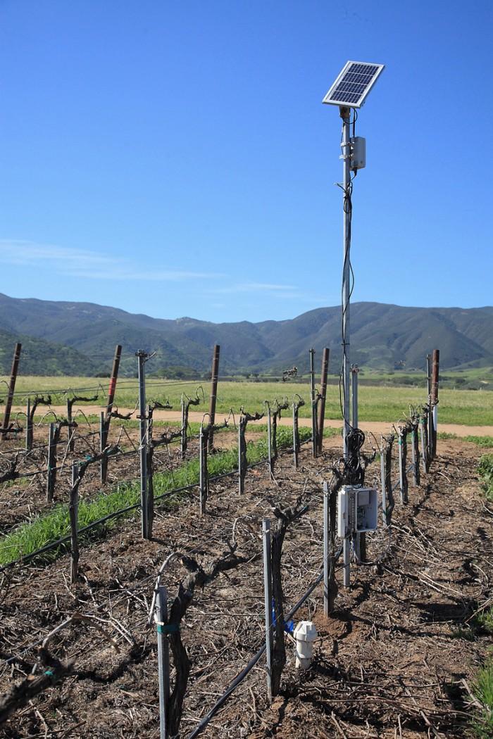 日照量、降雨量、土中の水分量、風速等々を観測するウェザー・マシーン。駆動は太陽光
