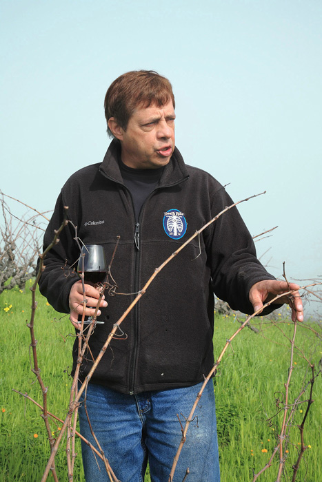 剪定の時期を見定めているワイン・メーカーのティム・ドルヴン