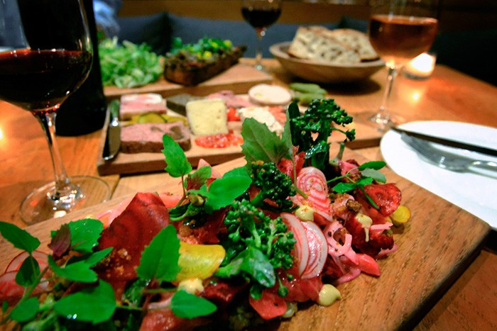 野菜がふんだんに使われ、彩りに溢れたシェッドの料理