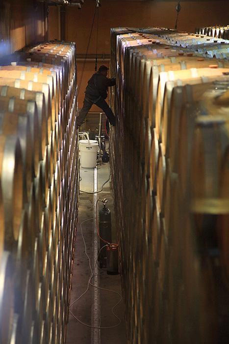 補酒をおこなう際はハーネスを装着して、ほとんどロック・クライミングの様相を呈する