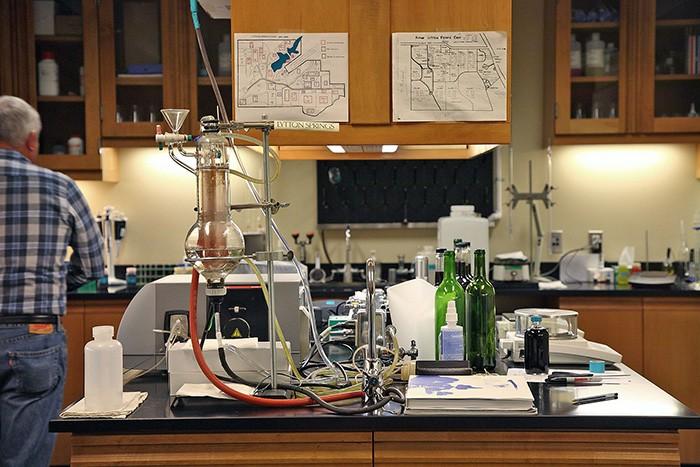 ぶどう果汁の成分や出来上がったワインの分析をおこなうラボ